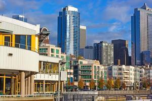 Vista desde el muelle en el horizonte de la ciudad de Seattle. foto