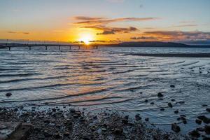 muelle y puesta de sol