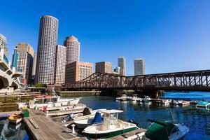 horizonte de boston desde fan pier luz solar massachusetts foto