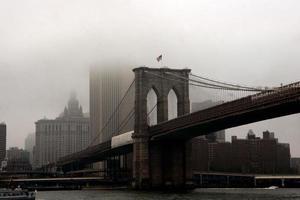 de mist achter de Brooklyn Bridge