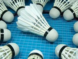 volantes en una raqueta de badminton foto