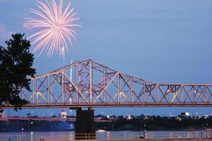 feux d'artifice par la rivière ohio iby frontière kentucky / indiana