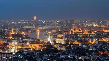 Gran Palacio en el crepúsculo en Bangkok