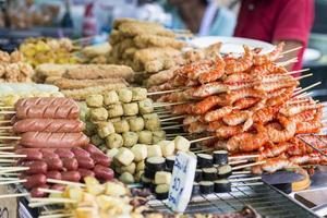 salchichas y mariscos tailandeses a la parrilla