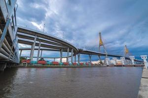 Puente de Bhumiphol y camino de inundación foto