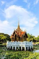 pabellón tailandés en el estanque de loto en suanluang rama ix