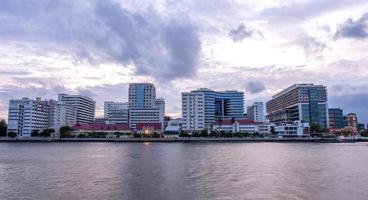 edificios del hospital siriraj a lo largo del río en bangkok