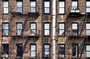 Edificios de ladrillo de Nueva York con escaleras exteriores de escape de incendios, EE.UU. foto