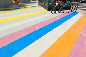 calçada pintada multicolorida.
