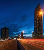 Puente Taksin en la noche foto