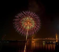Feliz año nuevo escena nocturna de fuegos artificiales, Bangkok paisaje urbano río vi