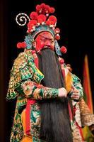 hombre de ópera china con cara roja