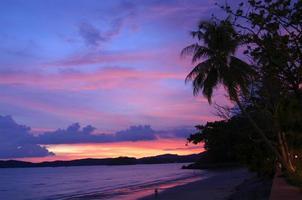 puesta de sol en la playa de ao nang en krabi