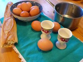 harina de huevo en la mesa foto