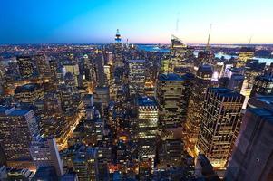 Vista del paisaje urbano de Manhattan con Empire State Building en la noche foto