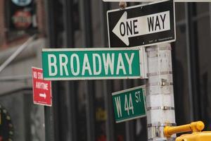 signo de broadway de la ciudad de nueva york foto