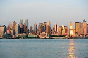 cidade de nova york manhattan ao pôr do sol sobre o rio hudson
