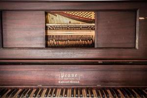 viejo piano vertical foto