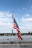 Bandera de Estados Unidos en la cubierta del acorazado de la marina en la ciudad de Nueva York