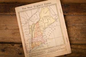 1867, mapa de colores de los estados de Nueva Inglaterra, sobre fondo de madera foto