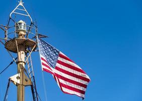bandeira dos estados unidos da américa no mastro do navio