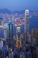 Hong Kong Skyline puerto iluminado en el crepúsculo vertical foto