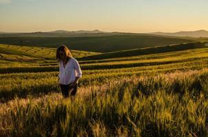 vrouw in een tarweveld