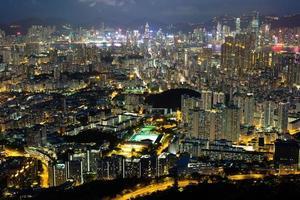 construyendo el bosque en hong kong en la noche foto