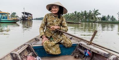 anciana amigable con sombrero de paja vietnamita