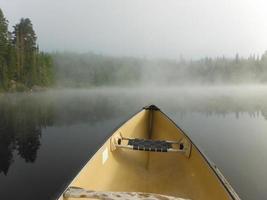 niebla en un lago foto
