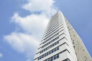 torre de construcción de oficinas foto