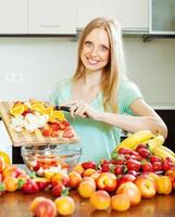 femme, cuisine, fruit, salade
