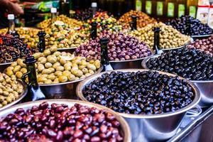 Surtido de aceitunas en el mercado local, Tel Aviv, Israel