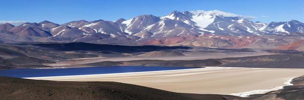 Laguna Negra, Volcán Pissis, Catamarca, Argentina foto