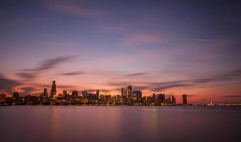 skyline de chicago ao pôr do sol - adler planetarium.
