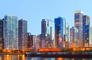 kleurrijke gebouwen in het centrum van chicago tijdens zonsondergang