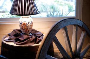 lámpara y rueda junto a la ventana foto