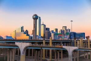 Dallas skyline van de stad bij avondschemering