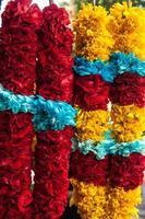 guirlanda de flores amarela, azul, vermelha, roxa, magenta