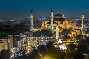 Vista nocturna de la Santa Sofía en Estambul, Turquía