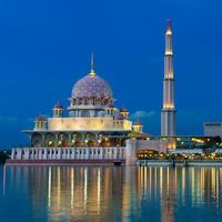 Vista nocturna de una mezquita.