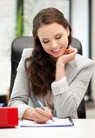 mujer feliz con documentos