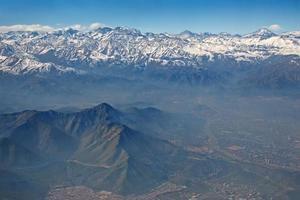 vista aérea dos andes e santiago com poluição atmosférica, chile
