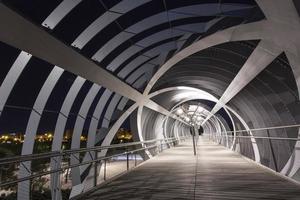 puente moderno en madrid foto