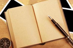 pluma en libro en blanco