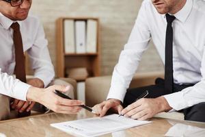 discutir los términos del contrato