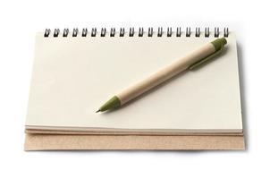Cuaderno y bolígrafo marrón aislado sobre fondo blanco.
