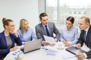 business team met laptop discussie