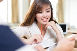 dos estudiantes asiáticos discuten contenido en tableta foto