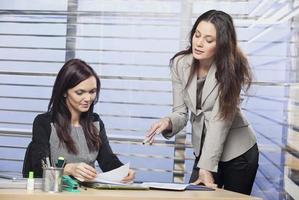 twee vrouwelijke collega's die een probleem bespreken
